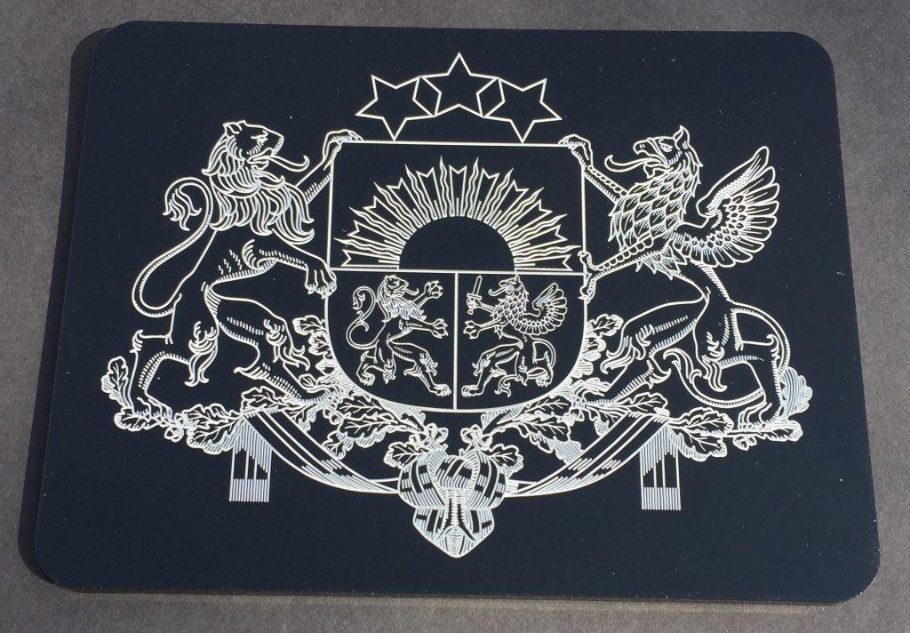 Latvijas ģerbonis - baltas krāsas marķējums uz melnā akrila